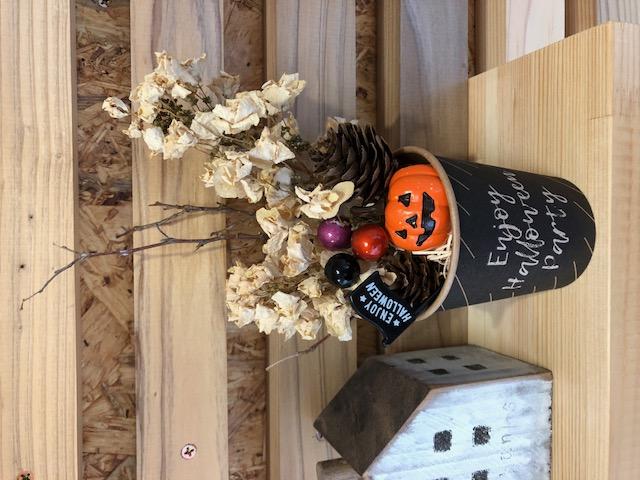 ハロウィンの小物を詰め込んだカップを作るよ!